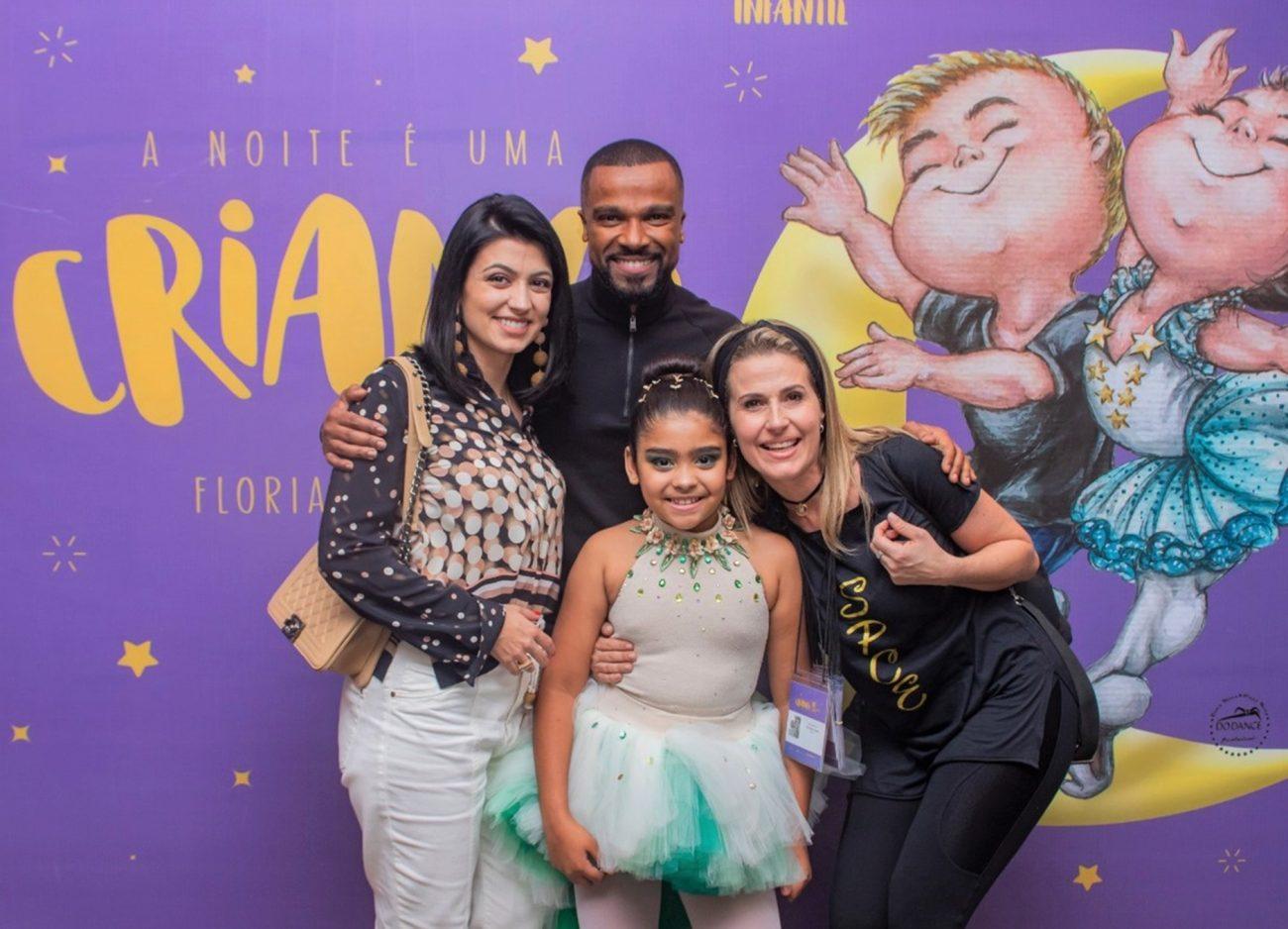 Alexandre Pires e a mulher Sara (à esq.) com a filha Julia e a professora de dança Helin Godoy - Patrik Vanin/Divulgação/ND