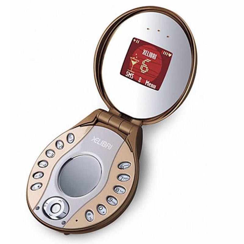 Siemens Xelibri 6 (2003) – Com a ideia de fazer um celular voltado para o público feminino, a marca teve a brilhante ideia de usar o formato de um estojo de maquiagem. Além de não agradar às clientes, as teclas foram tão mal pensadas que era difícil usá-las de fato. - Crédito: Divulgação/33Giga/ND