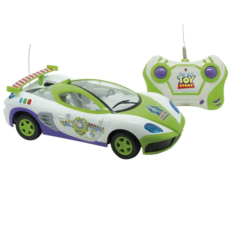 """Star Racer, da Candide – Este carrinho de controle remoto tem as cores inspiradas no Buzz Lightyear, o boneco astronauta da franquia Toy Story. Possui três funções de comando via rádio-controle. São necessárias quatro pilhas no brinquedo, além de uma bateria 9V no controle para conseguir ir """"ao infinito e além"""". Preço sugerido: R$ 99,99. - Crédito: Divulgação/33Giga/ND"""