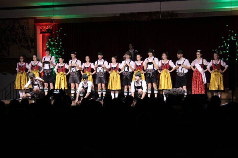86ª Tirolerfest - Treze TíliasA Tirolerfest celebra a vinda dos imigrantes austríacos a cidade de Treze Tílias. Com música, dança e chope, os visitantes podem celebrar a cultura do país europeu. A programação inclui também exposições e vendas de artesanatos.Serviço: O quê: 86ª Tirolerfest - Treze Tílias Quando: 10 a 13/10, Onde: Parque de Exposições Pe. Johann Otto Küng, R. Domingos Perondi, Treze Tílias Quanto: quinta-feira entrada gratuita, sexta, sábado e domingo R$ 15 (passaporte para os três dias: R$ 35,00) - Reprodução/Facebook