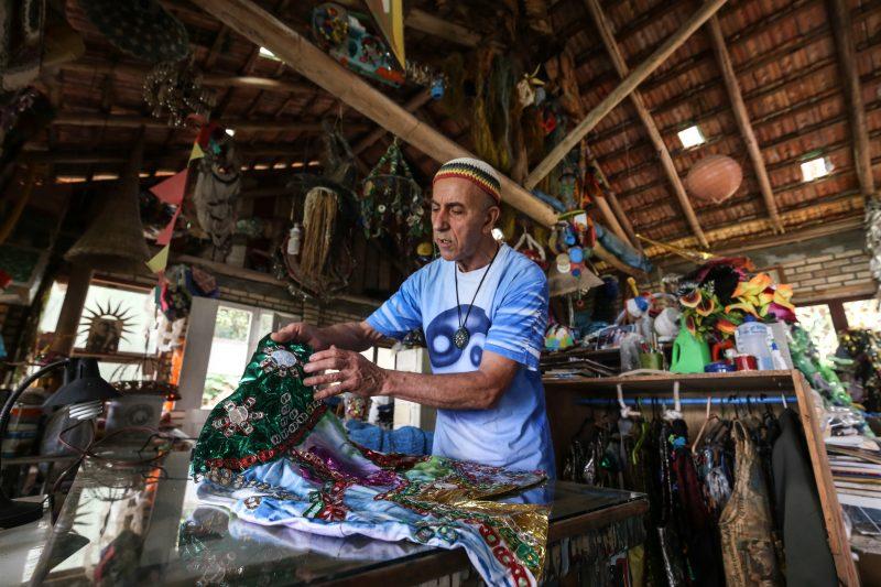 Um dos figurinos do show está sendo bordado à mão com lacres de latinhas – Foto: Anderson Coelho/ND