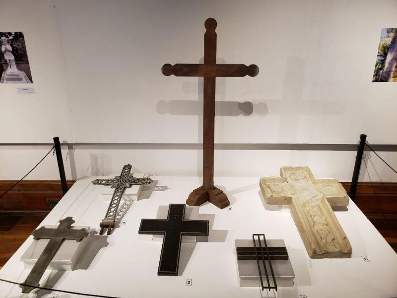 Cruzes feitas em vários materiais, como madeira e mármore - Carolina Rios/ASCOM FCC/DIVULGAÇÃO/ND