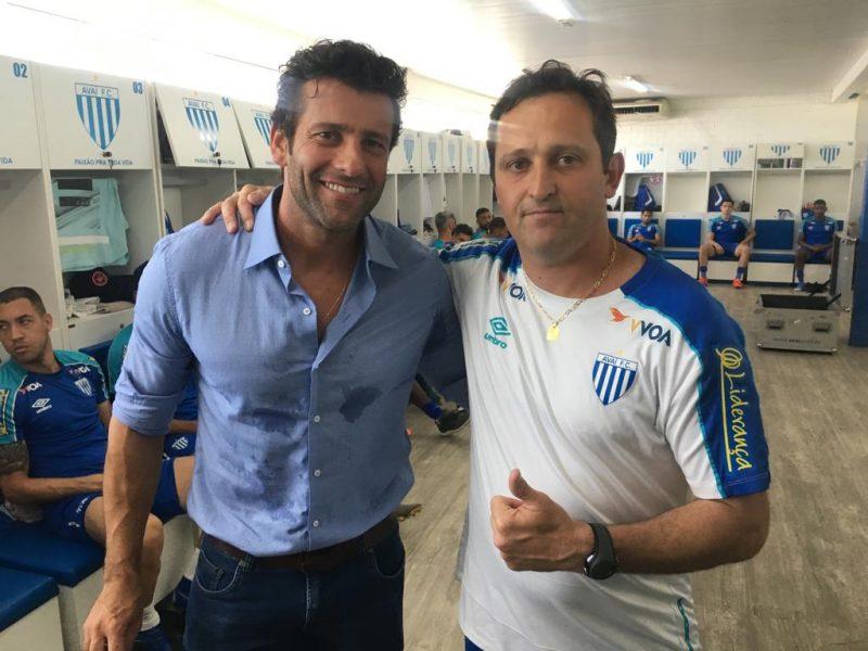 Alberto Valentim e Evando Caminatto, na passagem de bastão entre os técnicos – Foto: Avaí FC/divulgação