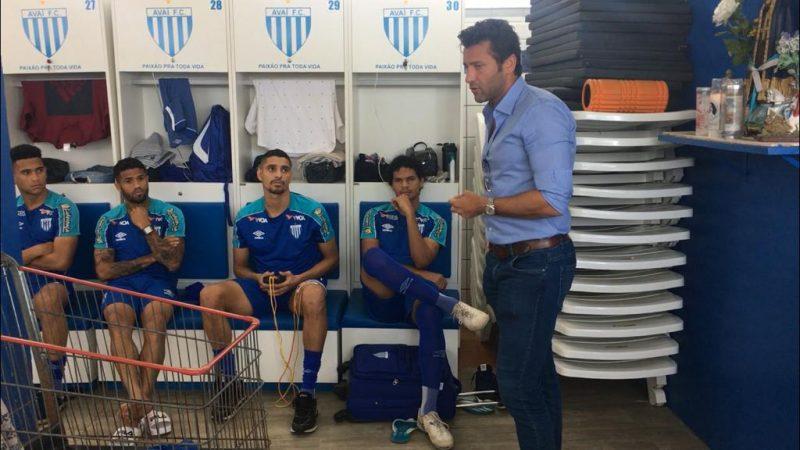 Alberto Valentim fala aos jogadores sobre sua saída - Avaí FC/divulgação