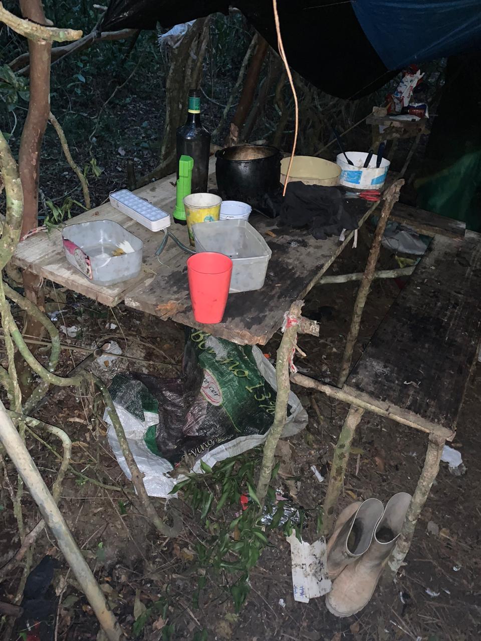 No cativeiro, foram encontrados objetos pessoais da menina e do suspeito - Polícia Militar/Divulgação/ND