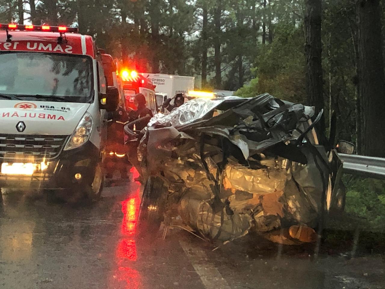 O Toyota Corolla totalmente destruído - Divulgação/PRF/ND