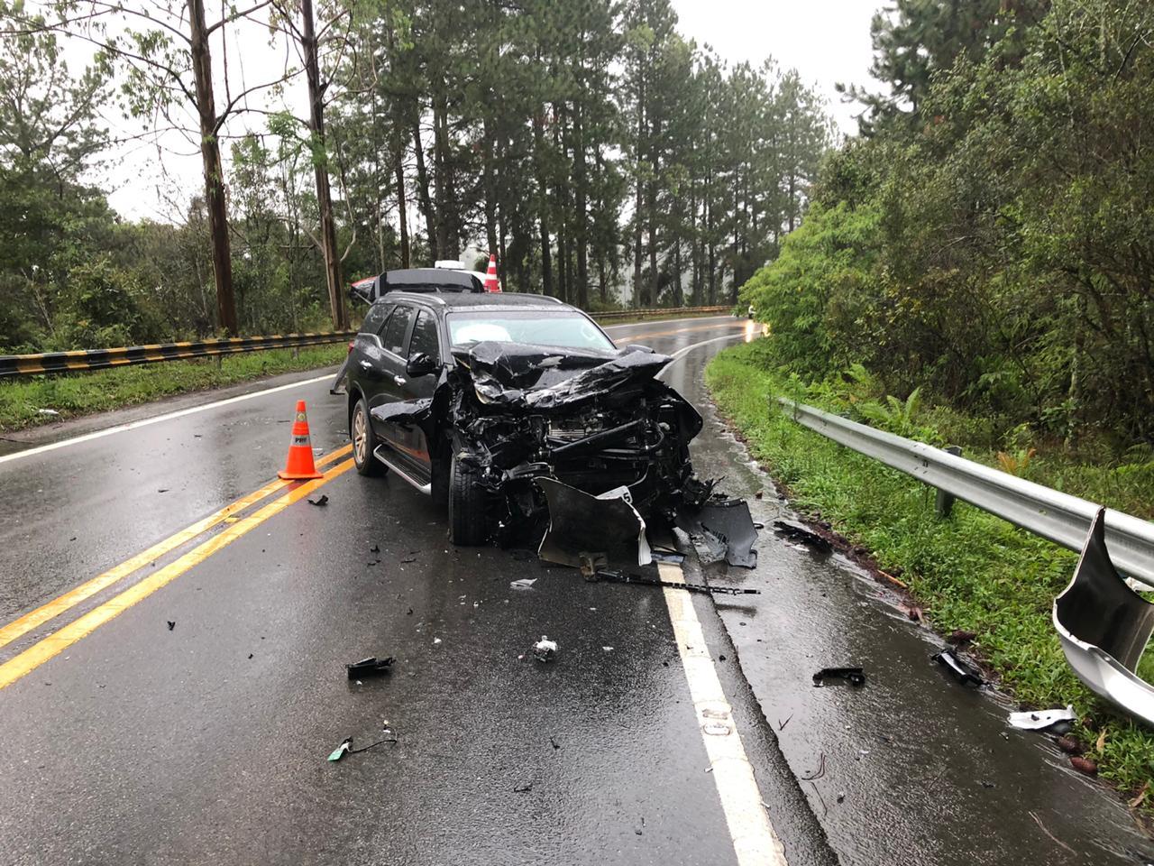 A frente do Toyota Hillux totalmente danificada - Divulgação/PRF/ND