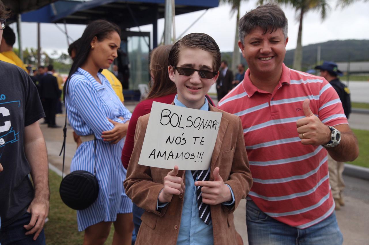 O público aguardava a chegada do presidente na academia da PRF - Anderson Coelho/ND