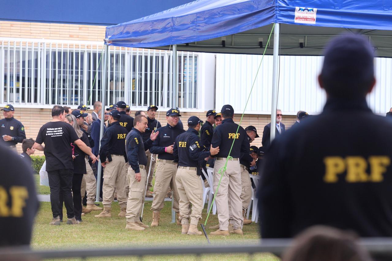 Antes de discursar, Bolsonaro conheceu o estande de tiro do campo e aproveitou para testar o local com alguns disparos que puderam ser ouvidos pela plateia que o aguardava no lado de fora - Anderson Coelho/ND