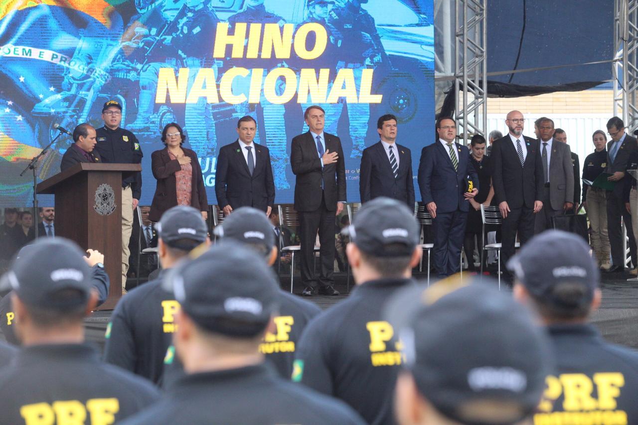 O presidente, ao centro, com o ministro Moro (à dir.), o governador Moisés (à esq), e a ministra Damares Alves, na solenidade - Anderson Coelho/ND