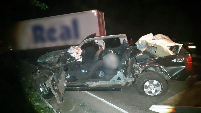 Motorista da caminhonete morreu a caminho do hospital