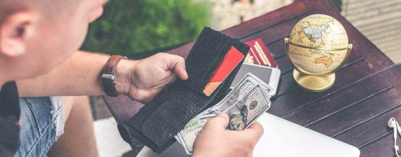 Aplicativo permite pagar contas do dia a dia com cartão de crédito - Photo by Artem Beliaikin on Unsplash