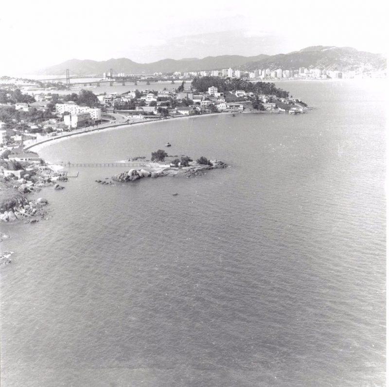 Vista geral de Coqueiros, com a ponte Hercílio Luz ao fundo - Arquivo Histórico/Divulgação/ND
