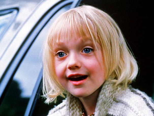 """A atriz norte-americana Dakota Fanning conquistou o público com o filme """"Uma Lição de Amor"""". No longa, a menina enfrentava o preconceito ao ser criada pelo pai, um homem com atraso intelectual. - Reprodução/Uma Lição de Amor"""