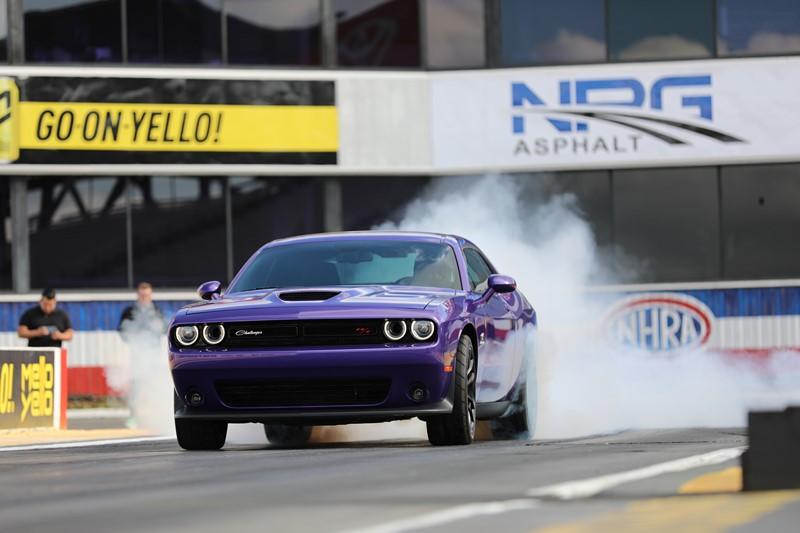 A cor Plum Crazy se tornou um símbolo da Dodge desde os anos 1970. Atualmente, o Challenger e o Charger podem ser pintados neste tom - Foto: Divulgação - Foto: Divulgação/Garagem 360/ND