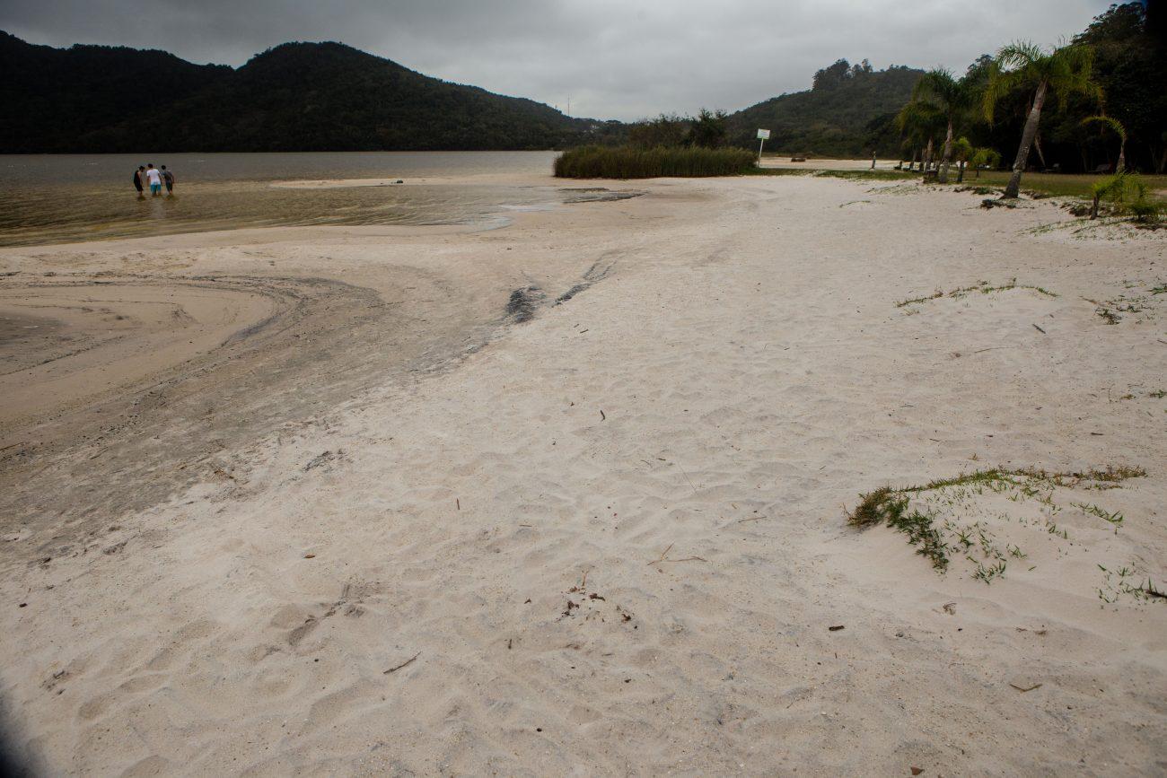 Estiagem deixa longa faixa de areia a mostra na Lagoa do Peri. Foto: Flávio Tin/ND - Flavio Tin/ND