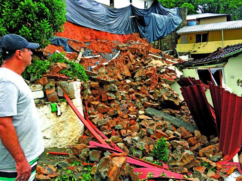 Em fevereiro, a casa de Valmir desabou no bairro Saco Grande. Por sorte, não houve vítimas – Foto: Eduardo Cristófoli/Divulgação/NS