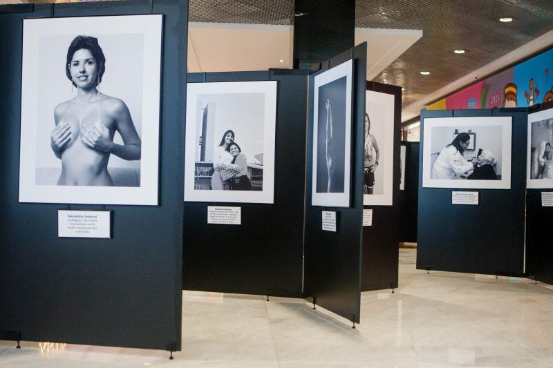 Entre as ações, foi realizado uma exposição fotográfica com mulheres que venceram o câncer – Foto: Flávio Tin/ND