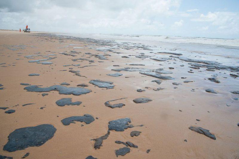 Praia no litoral de Sergipe com manchas de óleo misteriosas – Foto: Marcos Rodrigues/Adema/Governo de Sergipe/ND