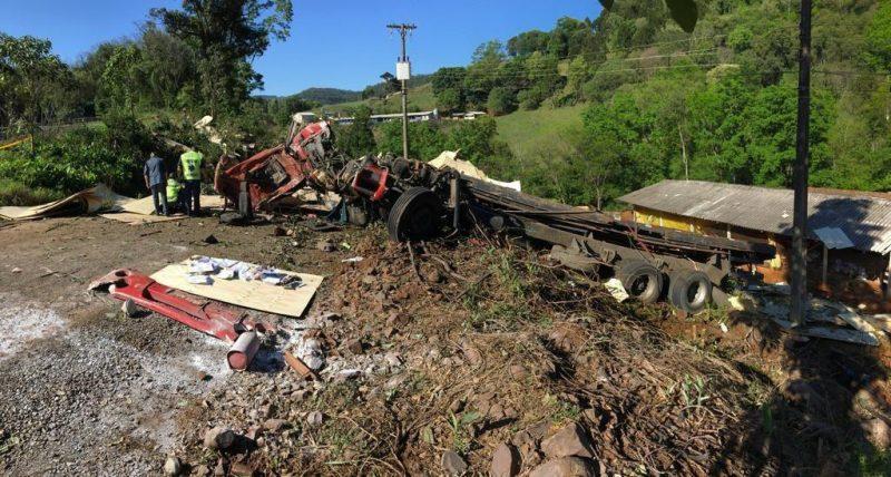 Caminhão capotou às margens da rodovia – Foto: Bombeiros/Divulgação/ND
