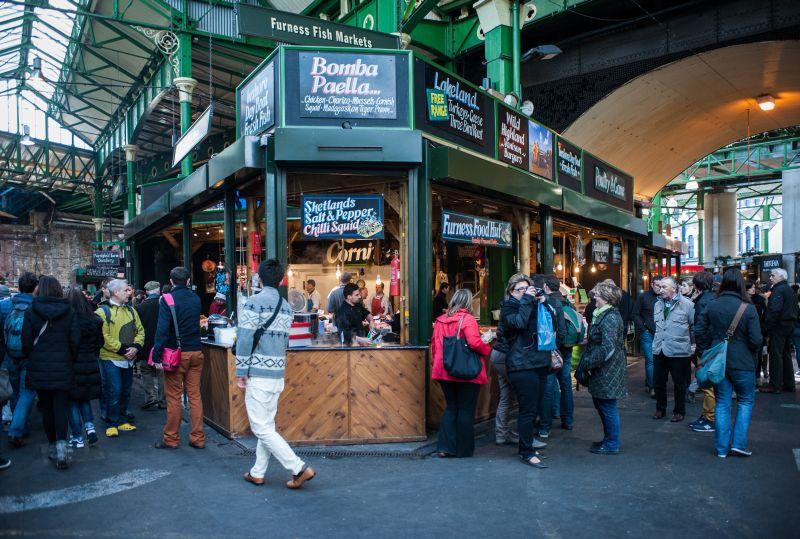 Quem vai a Londres, na Inglaterra, pode visitar o famoso Borough Market. A melhor opção é chegar com fome e se deliciar com os comidinhas preparadas na hora - Shutterstock.com - Shutterstock.com/Rota de Férias/ND