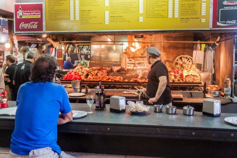 O Mercado del Puerto, em Montevidéu, no Uruguai, é parada obrigatória para quem gosta de carnes. Dá para comer ótimos churrascos uruguaios feitos na hora - Shutterstock.com - Shutterstock.com/Rota de Férias/ND