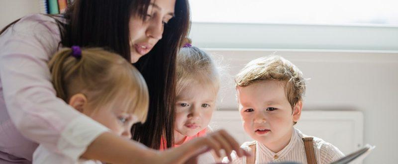 Sitly: aplicativo ajuda os pais a encontrar babás - Livro foto criado por freepik - br.freepik.com