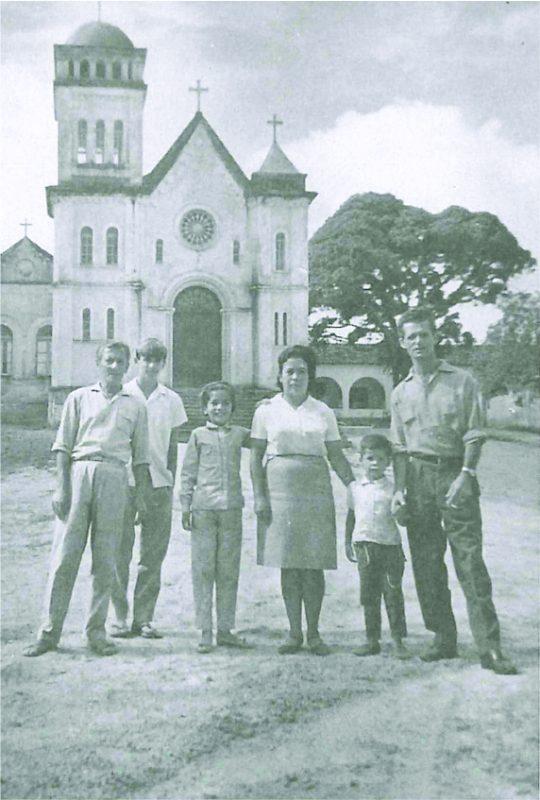 A família Silveira em frente à capela de São Sebastião. Década 1960 - Acervo Família Silveira/Divulgação/ND