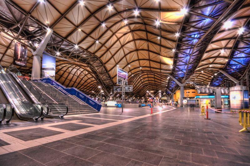 A estação Southern Cross, em Melbourne, na Austrália, se destaca com sua estrutura moderna ressaltada pelo teto ondulado - Wojtek Gurak via Visual hunt / CC BY-NC - Wojtek Gurak via Visual hunt / CC BY-NC/Rota de Férias/ND