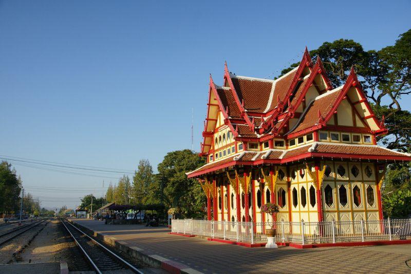 A estação ferroviária de Hua Hin, na Tailândia, é uma gracinha! O prédio adota a arquitetura tradicional do país e chama a atenção dos turistas - takumi.412 via VisualHunt.com / CC BY-ND - takumi.412 via VisualHunt.com / CC BY-ND/Rota de Férias/ND