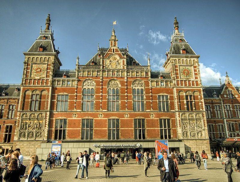 Além de ser linda, a estação Central de Amsterdam, na Holanda, oferece rotas para diversos países da Europa - neilalderney123 via VisualHunt / CC BY-NC - neilalderney123 via VisualHunt / CC BY-NC/Rota de Férias/ND