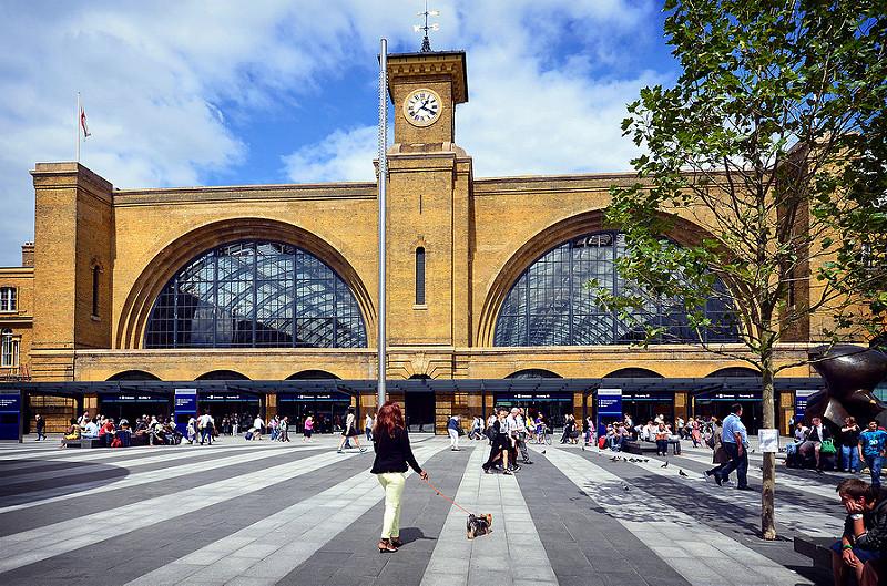 A estação de trem King's Cross, em Londres, ficou ainda mais conhecida após aparecer nos filmes do bruxinho Harry Potter. Atualmente, dá até para tirar uma foto na famosa plataforma 9 3/4, simulada no meio de uma coluna e que