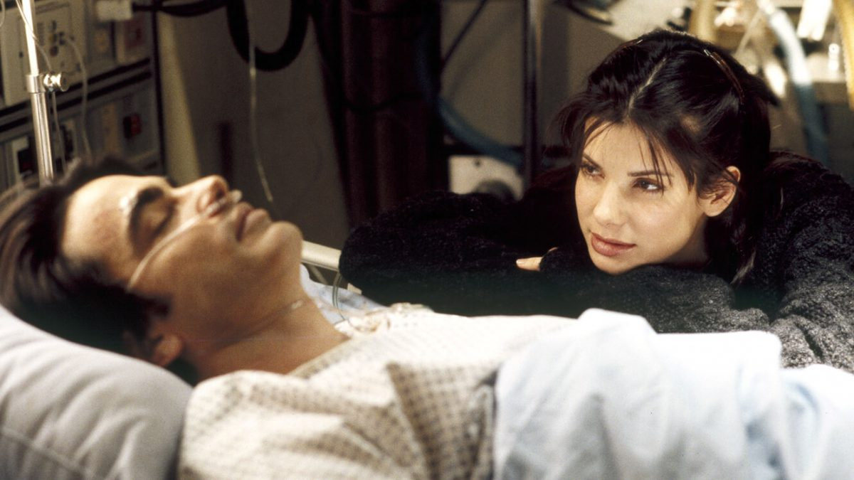 01/11 – Enquanto Você Dormia (1995): Nesta comédia romântica, Sandra Bullock é uma funcionária do metrô que resgata um homem dos trilhos e finge ser sua noiva enquanto ele está em coma. - Crédito: Divulgação/33Giga/ND
