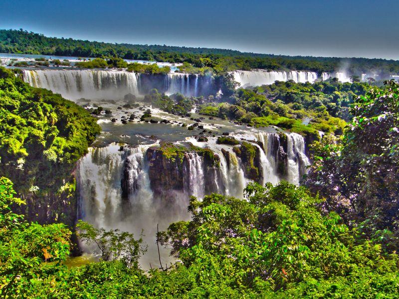 Apesar de não ser um ponto turístico 100% brasileiro (fica na fronteira entre Brasil, Argentina e Paraguai), as Cataratas do Iguaçu, em Foz do Iguaçu (PR), são uma ótima opção para quem quer conhecer cenários naturais belíssimos sem sair do país - Rodrigo_Soldon via VisualHunt / CC BY-ND - Rodrigo_Soldon via VisualHunt / CC BY-ND/Rota de Férias/ND