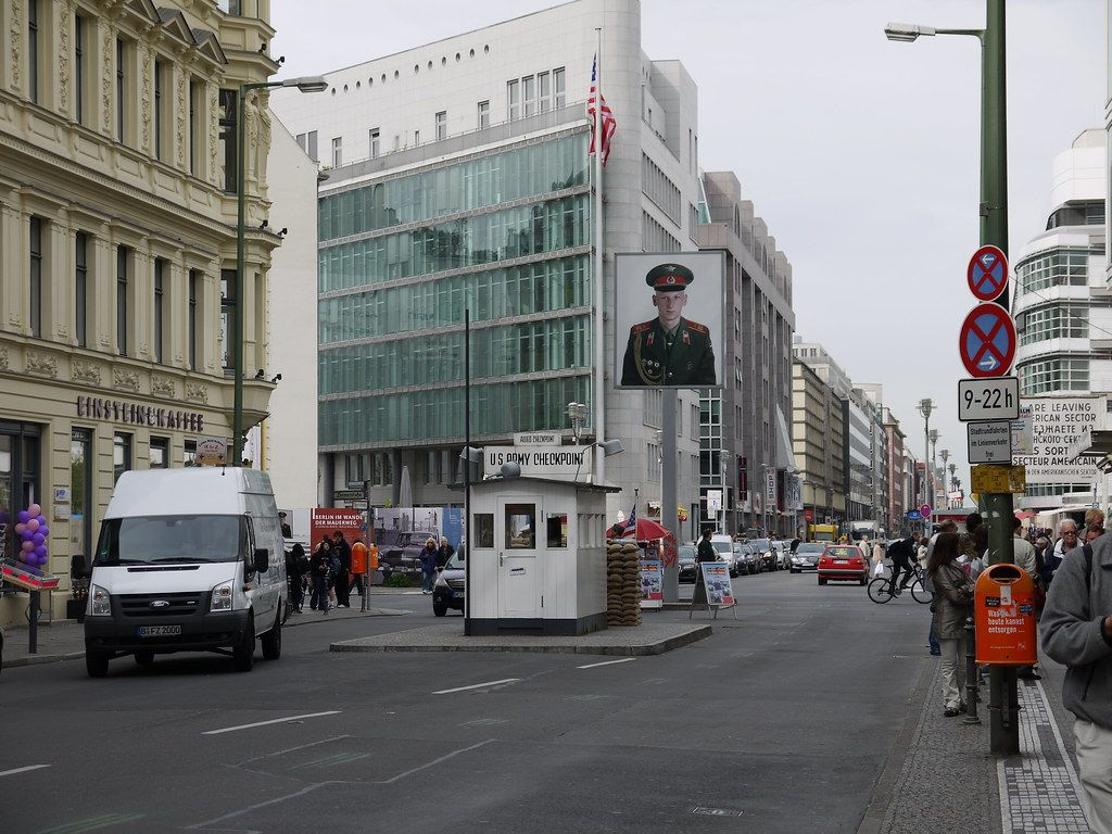 Check Point Charlie - Yortw on Visual Hunt / CC BY - Yortw on Visual Hunt / CC BY /Rota de Férias/ND