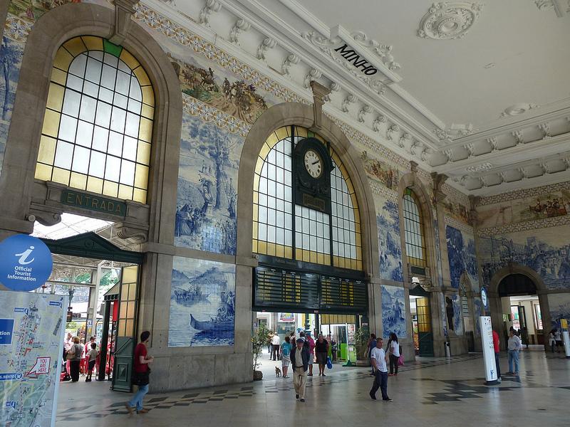 A estação de São Bento fica na cidade de Porto, em Portugal. Na parte interna, algumas paredes são decoradas com tradicionais painéis de azulejos portugueses - Arjan Veen  Images via VisualHunt / CC BY-NC-ND - Arjan Veen  Images via VisualHunt / CC BY-NC-ND/Rota de Férias/ND