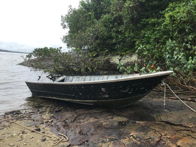 Embarcação onde os pescadores estavam foi encontrada próxima a Ilha dos Herdeiros – Foto: Divulgação/ND