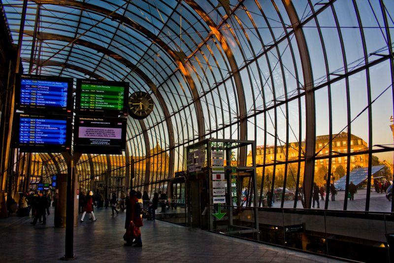 A estação da cidade francesa de Estrasburgo se destaca por causa do teto curvado feito em vidro, que deixa o ambiente com um tom mais moderno e bastante iluminado - on1stsite. via Visualhunt / CC BY - on1stsite. via Visualhunt / CC BY/Rota de Férias/ND