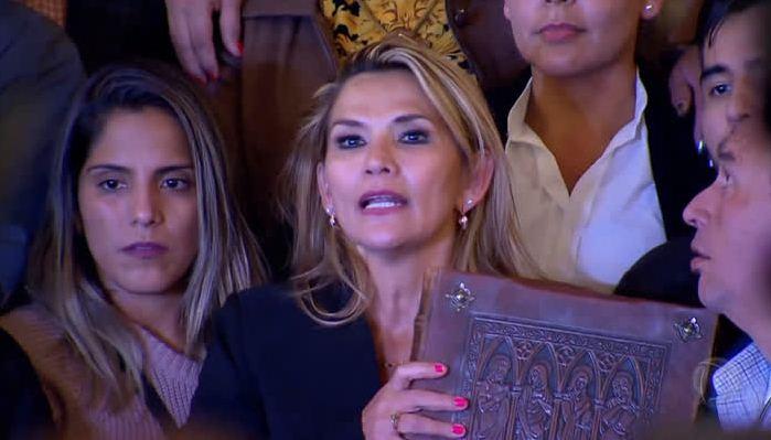 Presidente interina, Jeanine Áñez, deve reconhecer Juan Guaidó como presidente legítimo da Venezuela – Foto: Portal R7/Reprodução