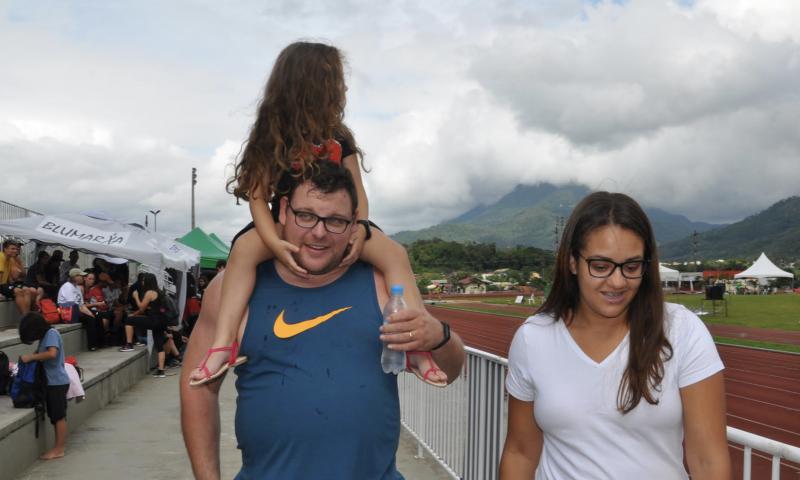 Darlan com a mulher Sara e a filha na pista – Foto: Foto Orlando Pereira