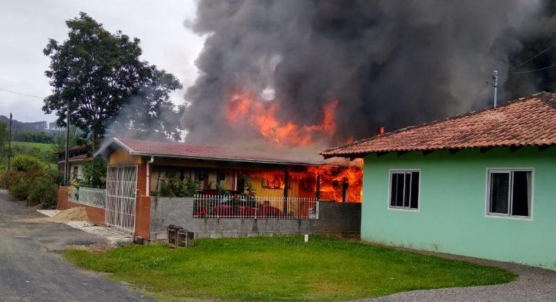 Bombeiros levaram mais de três horas para controlar o fogo – Foto: Corpo de Bombeiros/Divulgação