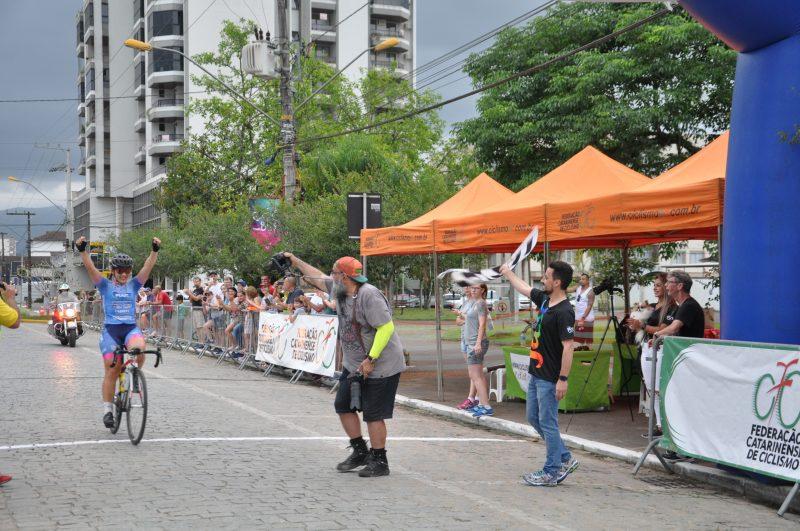 Ciclista Tamires Radatz, de Florianópolis, ganhou com folga a velocidade – Foto: Foto Orlando Pereira/ND