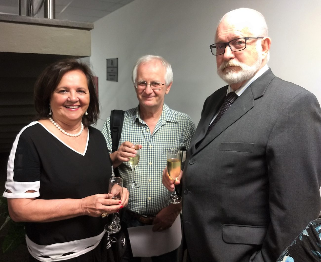 Jornalista e escritor Paulo Clóvis Schmitz entre os acadêmicos Lélia Pereira Nunes e Salomão Ribas Júnior - Marcos Cardoso/ND