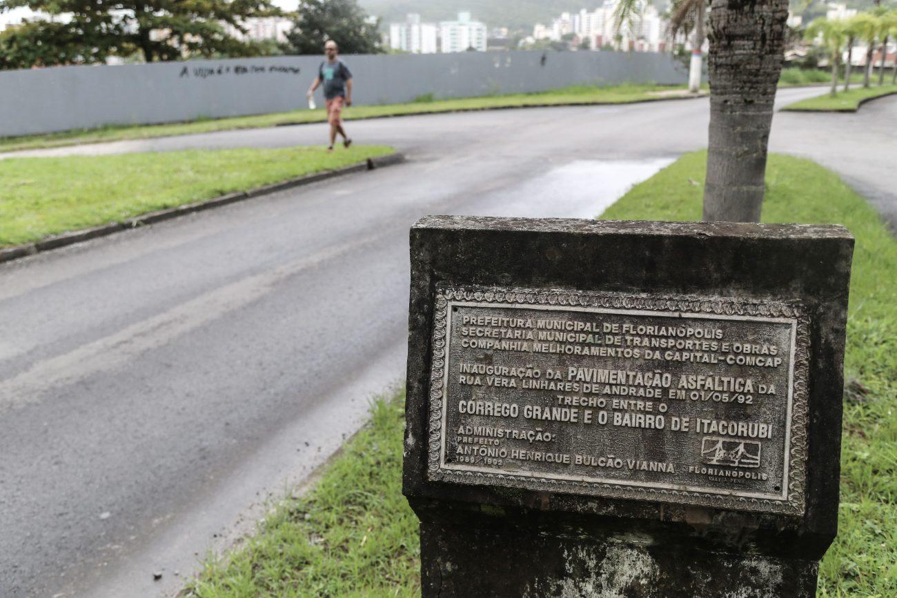 Placa que marca a inauguração da pavimentação asfáltica da rua Vera Linhares de Andrade - Anderson Coelho/ND