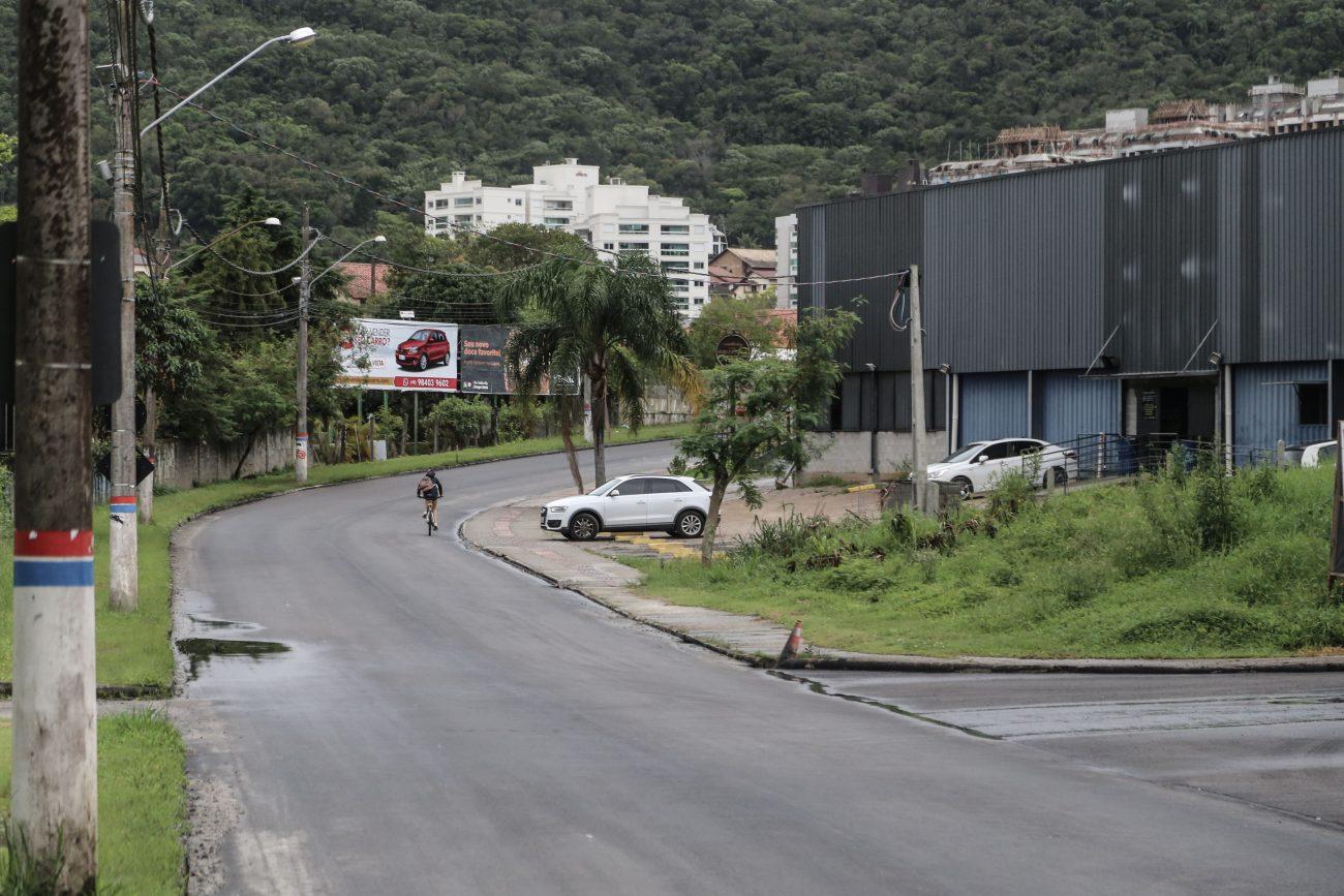 Rua Vera Linhares de Andrade. O Córrego Grande, nas décadas de 1960 e 1970 era uma extensão sociocultural da Lagoa da Conceição, com características de área rural e considerada o