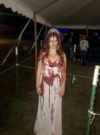 Sidney, estudante da Universidade Marshall, estava voltando do evento quando bateu o carro. Ela estava com muita pressa e ainda estava vestida como Carrie - Reprodução/Twitter