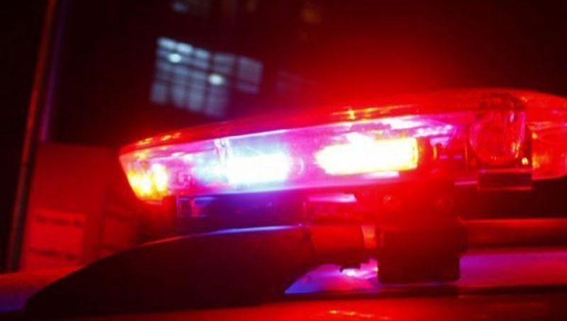 Imagem da sirene de uma viatura policial ligada.