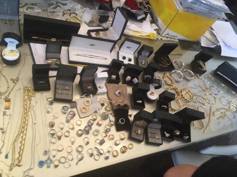 Anéis, colares e braceletes encontrados em casa de acusado em Criciúma - Divulgação PRF/ND