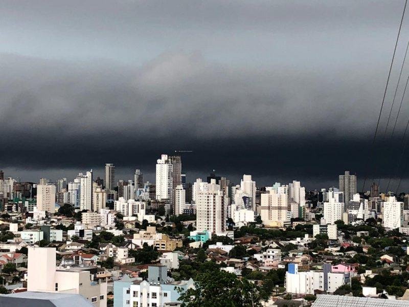 Em Chapecó, as nuvens escuras trouxeram o anoitecer mais cedo. Perto das 17h20, fortes rajadas de vento e pancadas de chuva foram registradas no município. Até às 17h40 não havia registro de estragos na cidade. - Willian Ricardo/ND