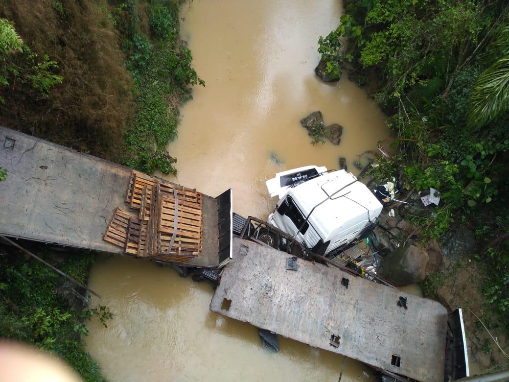 Vídeo mostra carreta destruída após cair em ribanceira em Ituporanga - ND Mais - Notícias
